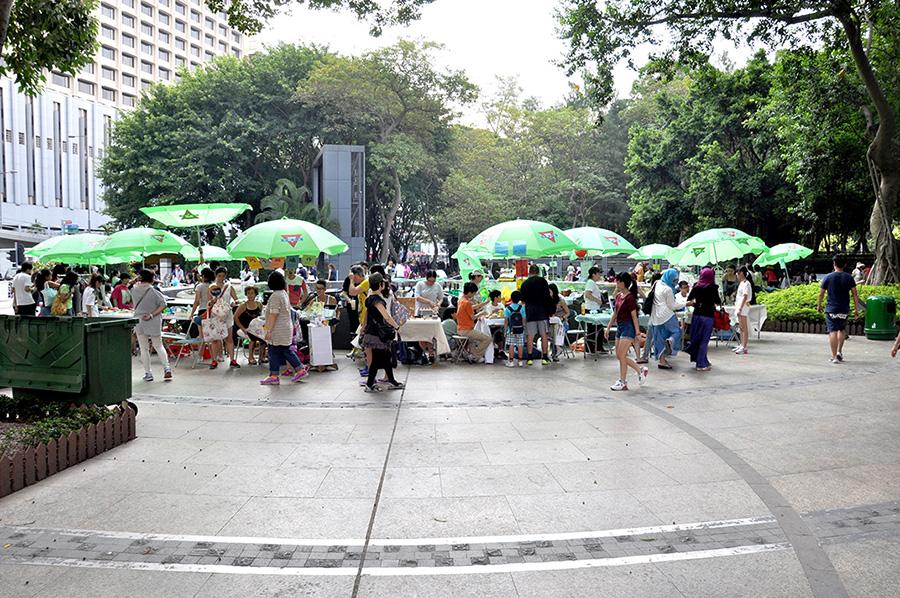 La fontaine du Victoria Park un dimanche. Stands de vente de nourriture et de boisson.