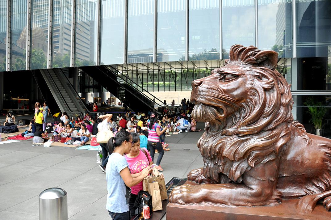 Atrium de la tour HSBC sur Queen's Road un dimanche. L'espace est investi par les travailleurs originaires des Philippines.