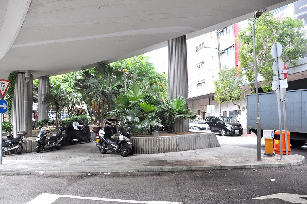 Sous le pont de Gloucester Road un jour de semaine. L'espace sert de parking aux deux-roues.