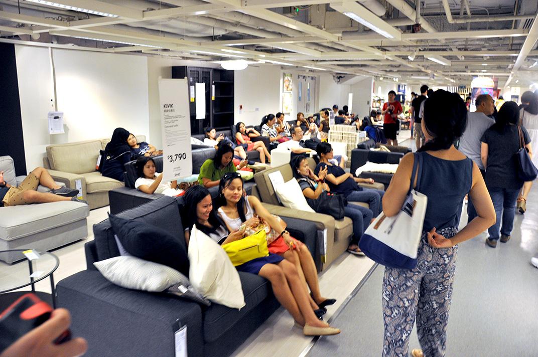 Dans le magasin IKEA de Causeway Bay un dimanche. Repos et détente dans le confort des canapés et de la climatisation (les travailleurs domestiques se mêlant aux Hongkongais).
