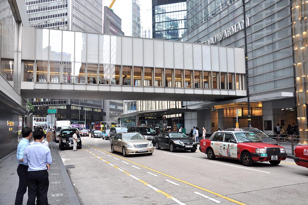 Chater Road un jour de semaine. L'espace est investi par les taxis et les berlines des travailleurs du tertiaire.