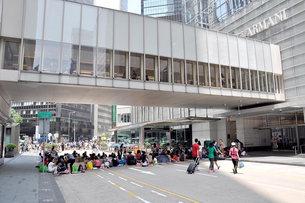 Chater Road un dimanche. L'espace est réservé aux piétons et investi majoritairement par les travailleurs philippins.