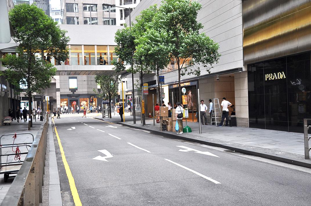 Chater Road un jour de semaine. L'espace est presque désert malgré la présence de nombreux commerces.